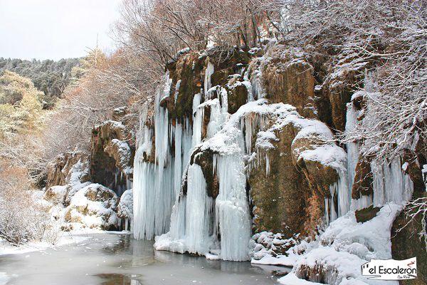 la cascada en invierno se congela por completo