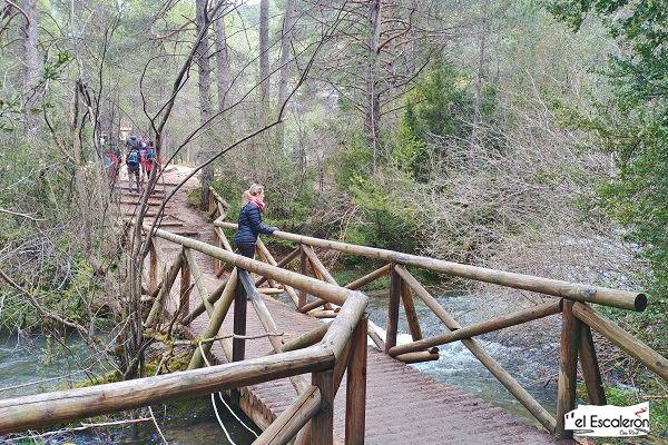 la senda está bien marcada por una pasarela de madera