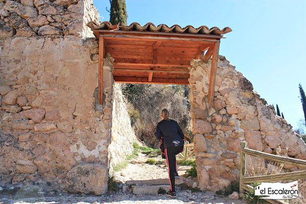 puerta en la senda del hocino