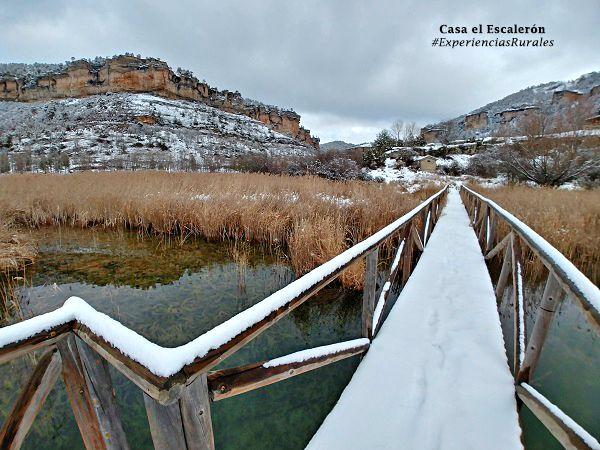 Pasarela de madera con nieve en la Laguna de Uña