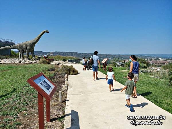 Dinosaurios en el Museo Paleontológico de Cuenca con niños