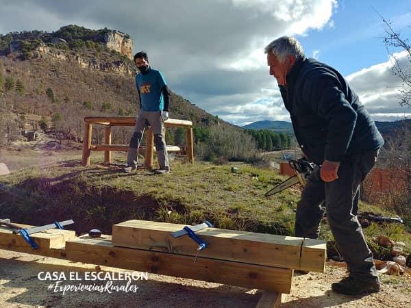Moisés construyendo el panel explicativo instalado en la peguera de uña