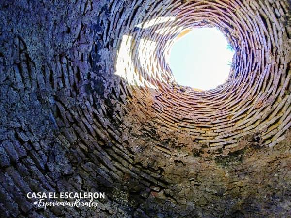 Ladrillos refractarios en el interior abovedado de la peguera.